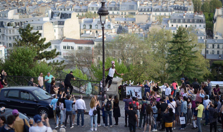 Fußballer in Paris-fussball street S80_9278