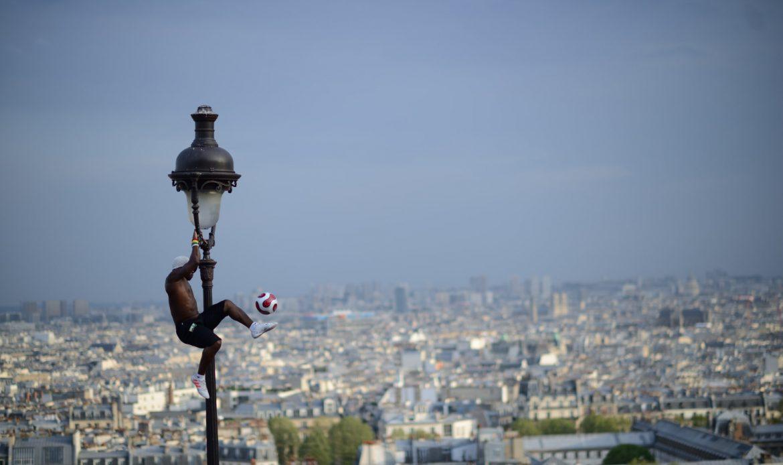 Straßenkunst Fußball - paris fussball street S80_9299